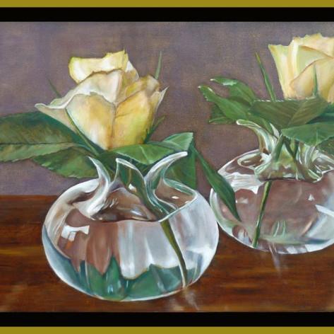Witte rozen in glazen vaasjes