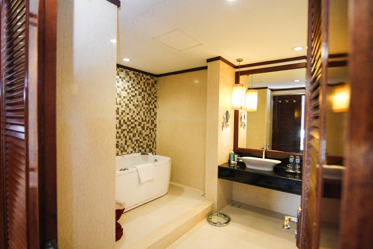 Bath room President suite.jpg