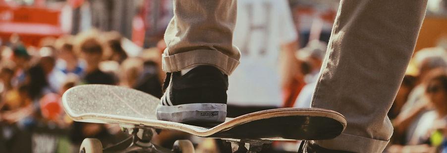 Adolescent sur un skate board
