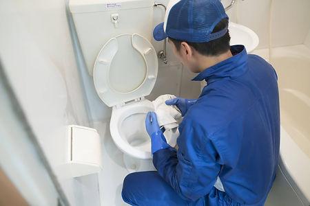 トイレの水道修理作業