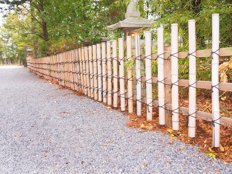 長く連なる竹垣