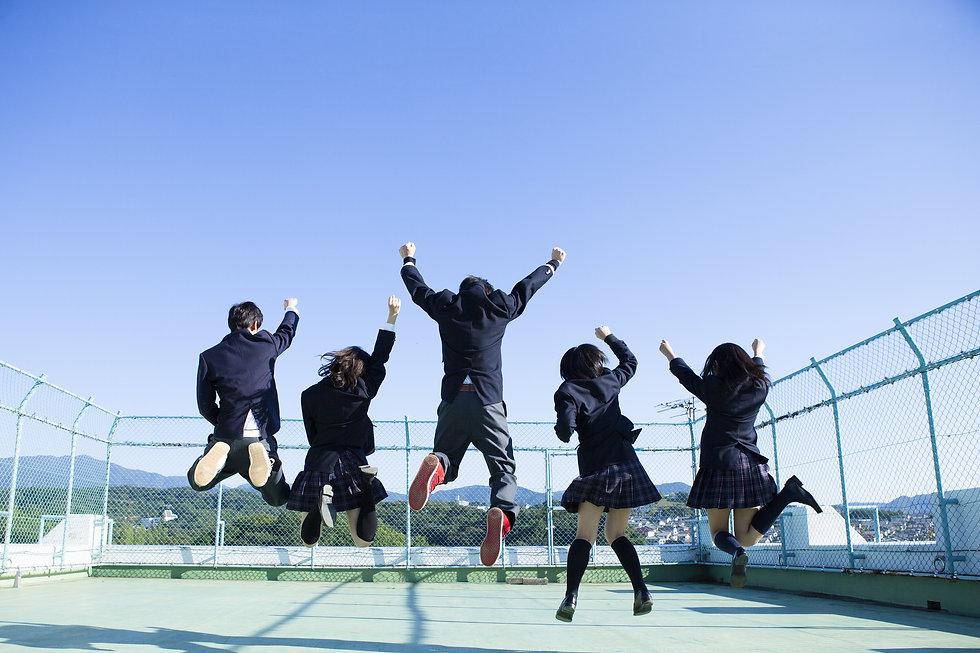 飛び跳ねる中学生