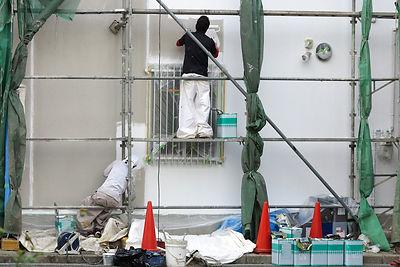 外壁の塗装作業中