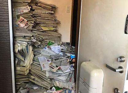 積み上げられた新聞紙