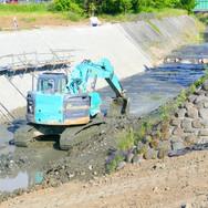 河川工事中のユンボ
