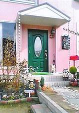 ピンクの家が目印です