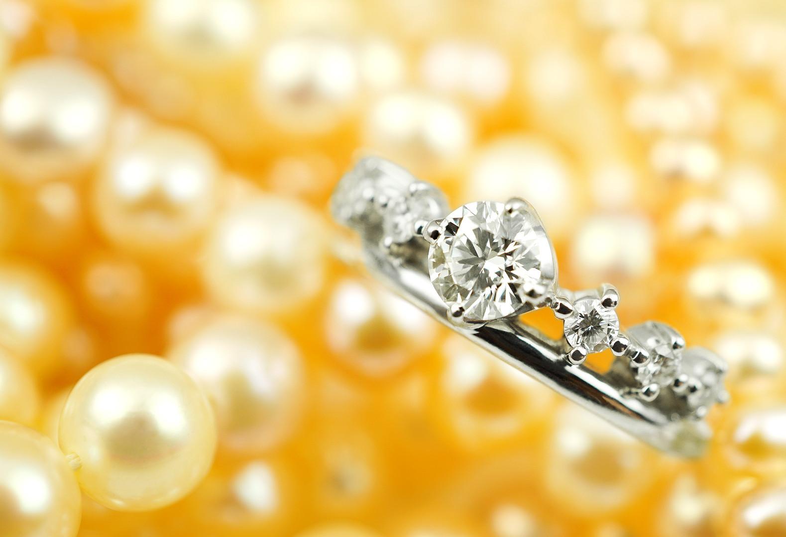 ダイヤリングとパールのネックレス