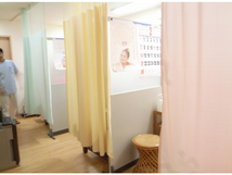 治療室はパーテーションによる半個室