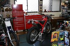 ガレージ内のバイク