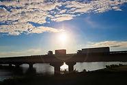 陸橋を渡るトラック
