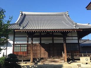 曲線が美しい寺院新築の本堂