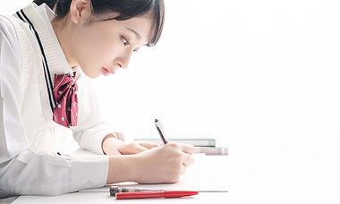 集中して勉強する中学生
