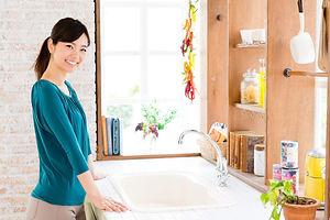 洗面台に立つ女性