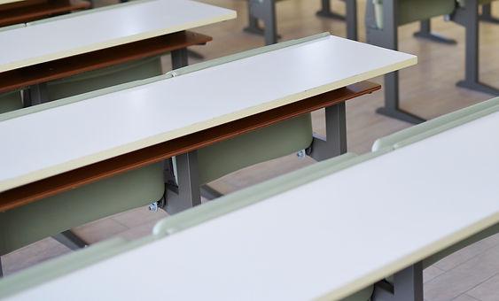 並んだ椅子と机