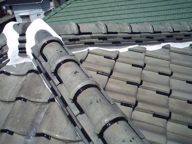 雨漏れ修繕後、瓦補修工事いたします。