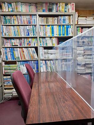 塾の学習机と本棚(感染症対策のアクリル板)