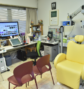 電動処置台を備える院長室
