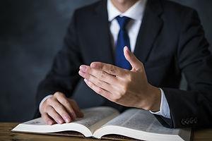 弁護士と六法書