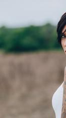 Frau mit einer Schulter-Tätowierung