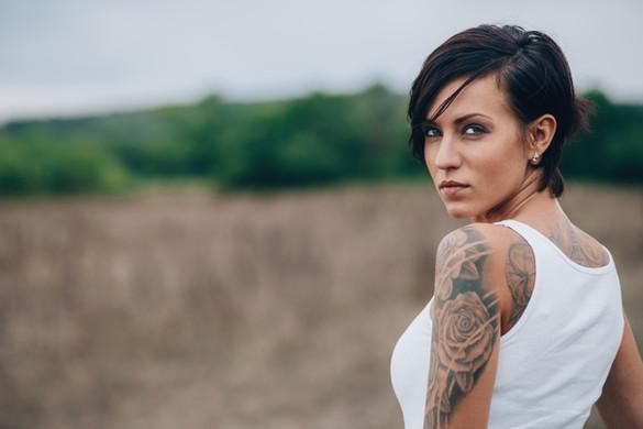 Mulher com um tatuagem no ombro