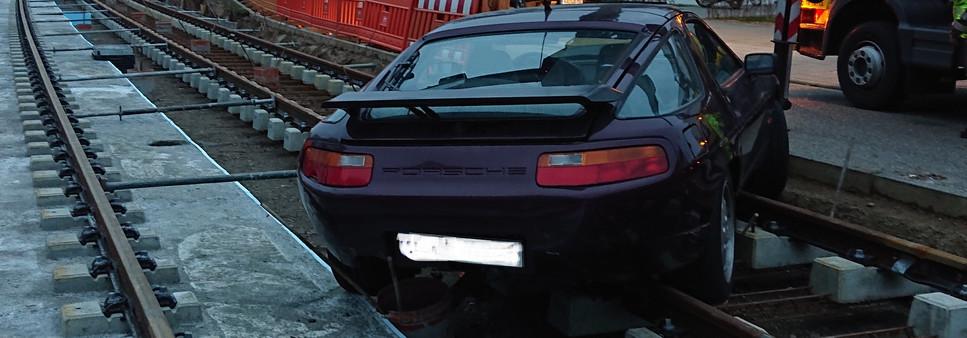 Porsche im Gleis