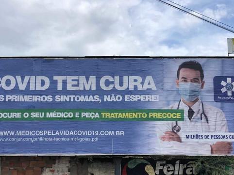 """Médicos estampam """"Covid tem cura"""" em outdoor em Feira de Santana, Bahia."""
