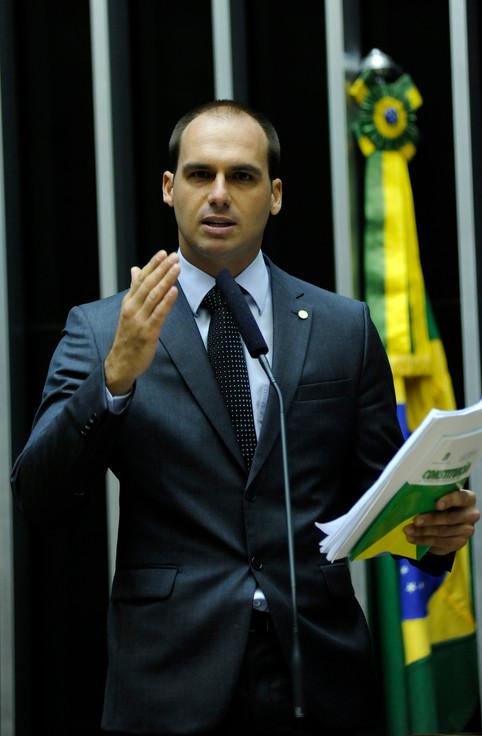 Twitter marca postagem de Eduardo Bolsonaro com aviso de publicação enganosa