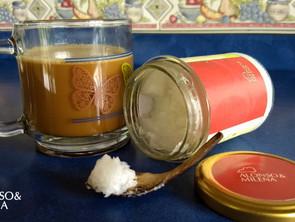 Aceite de coco en el café de la mañana
