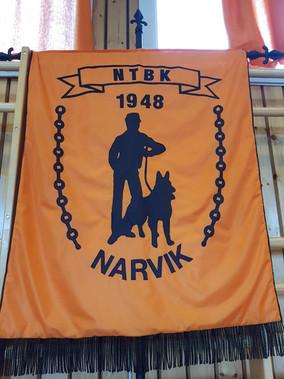 Fanen til Narvik hundeklubb (tidligere Narvik Trekk- og Brukshundklubb).