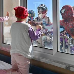 Sorrisi ed emozioni per i bambini ricoverati e un momento di sollievo per gli operatori sanitari.