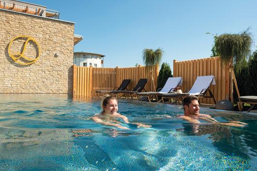 saunawelt-nackt-schwimmbecken-hotel-lari
