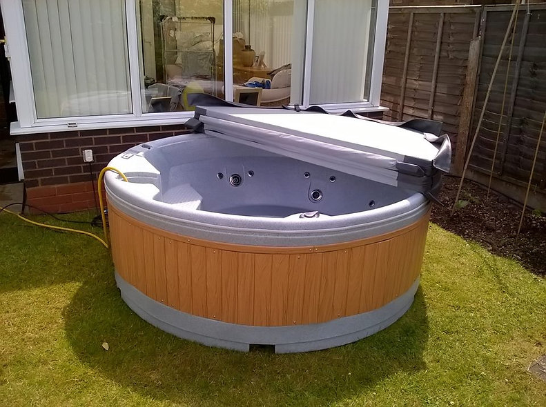QuatroSpa Hot Tub (6 person) - Free Installation & Delivery!