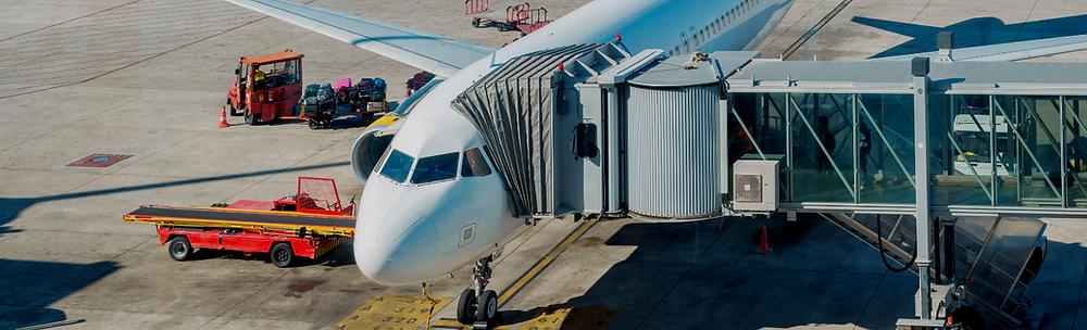 Avião parado no finger em um aeroporto.