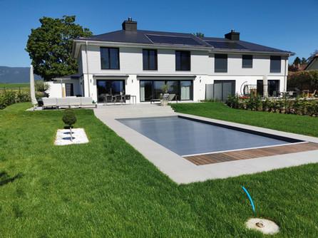 Jardin de maison avec piscine