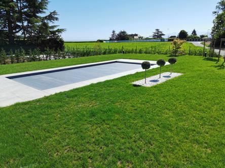 Piscine dans un jardin avec paysage