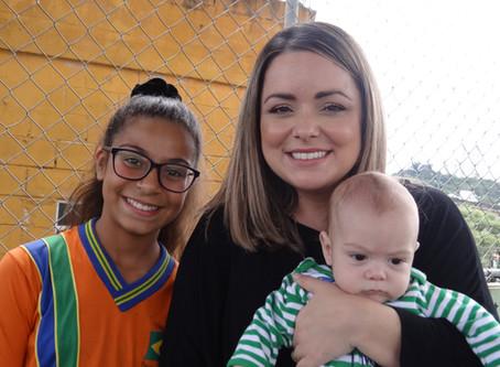 Youtuber Flavia Calina faz visita a ONG Pequeno Cidadão