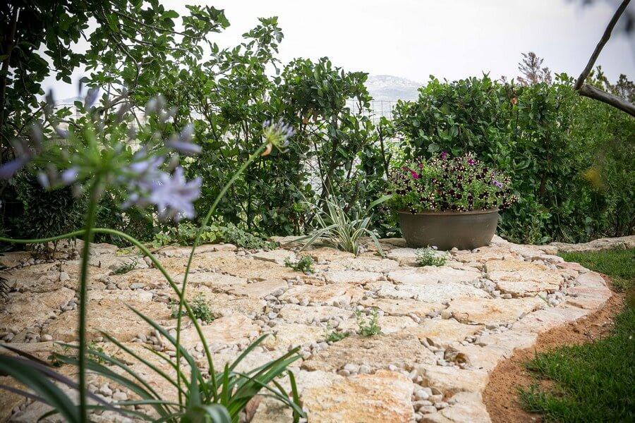 ריצוף אבן בגינה
