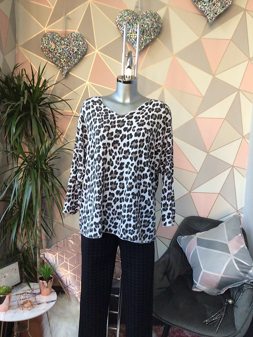 White leopard print top, fitting sizes 10-16.      1779