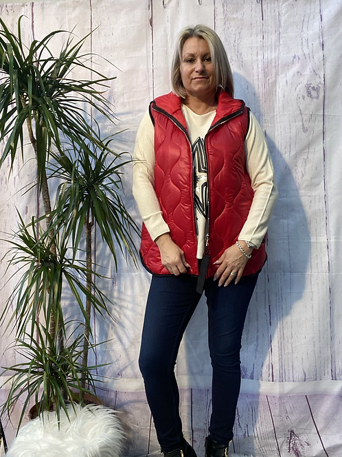 Red short quilted gillet, fitting up to a size 14.     161103