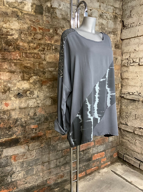Grey oversized top fitting up to a size 20.   9584