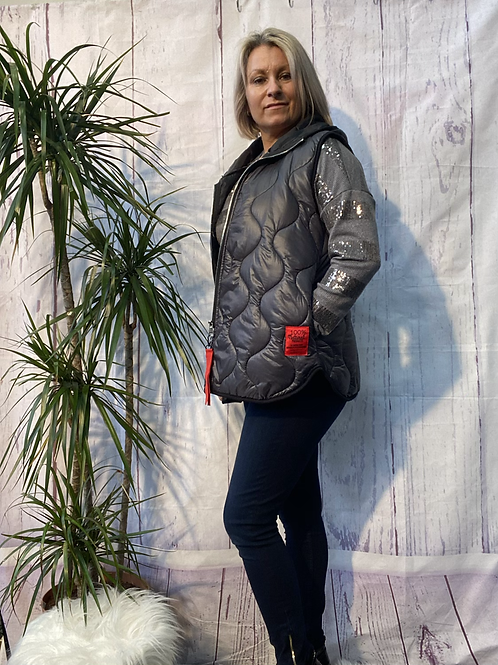 Navy short quilted gillet, fitting up to a size 14.     161103