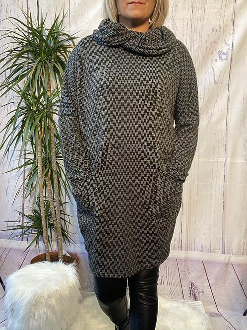 Grey and Black Zigzag tunic, fitting up to a size 20.    6553