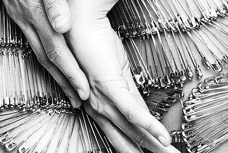 kriss logan, photographe, mode, fashion, éditorial, mannequin, art, black and white, noir et blanc, B&W, mains, épingles à nourrice, silver