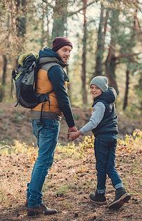 """""""Visiteurs du Camping Mauricie en randonnée au Parc national de la Mauricie. Un père et un fils font de la randonnée pédestre en Mauricie."""""""