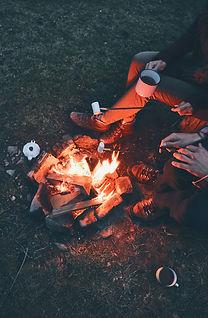 """""""Visiteurs du Camping Mauricie autour d'un feu de foyer extérieur."""""""
