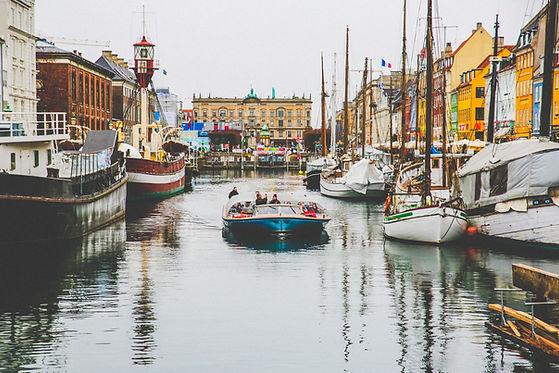 Ein Boot mit Menschen fährt durch die Wasserstadt Venedig