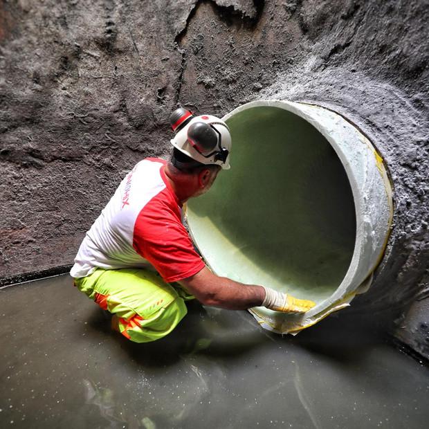 Riabilitazione di una condotta di scarico DN1000 all'interno di un impianto di depurazione.