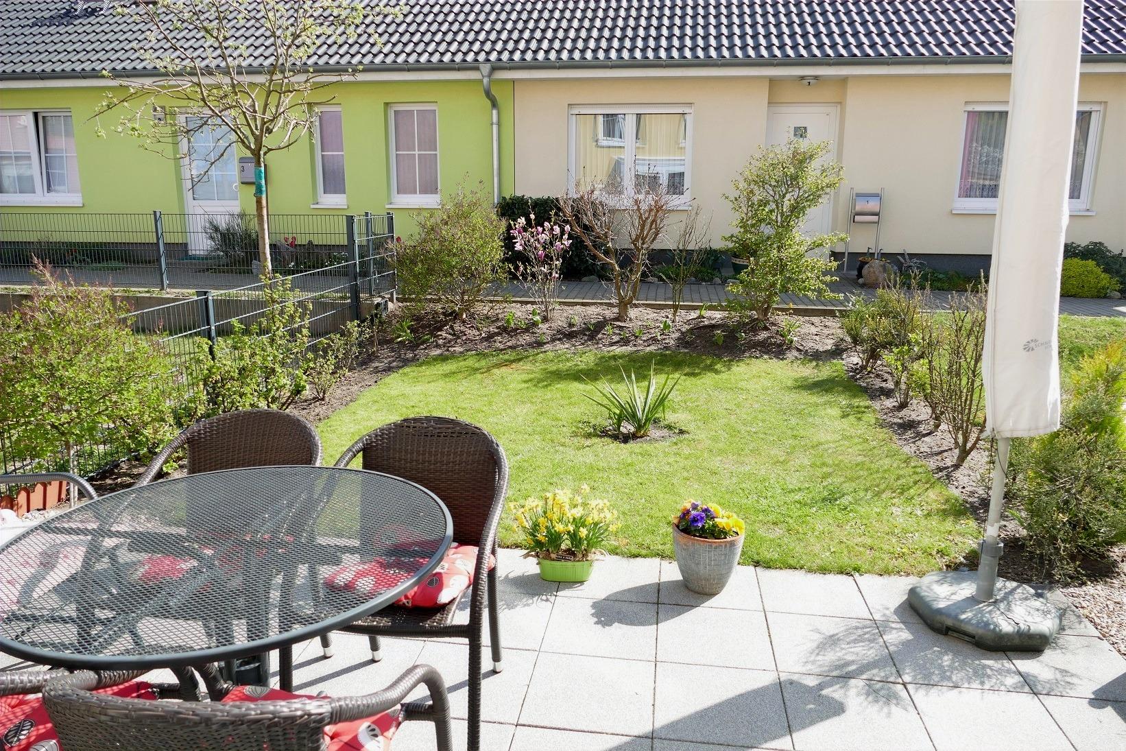 Außenterrasse mit Blick in Garten