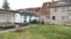 Blick auf Haus mit Garage.JPG