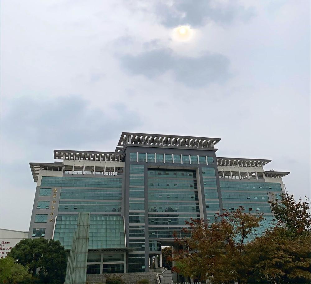 Hovedbygningen til Sams gymnasium. En kæmpe blå bygning.